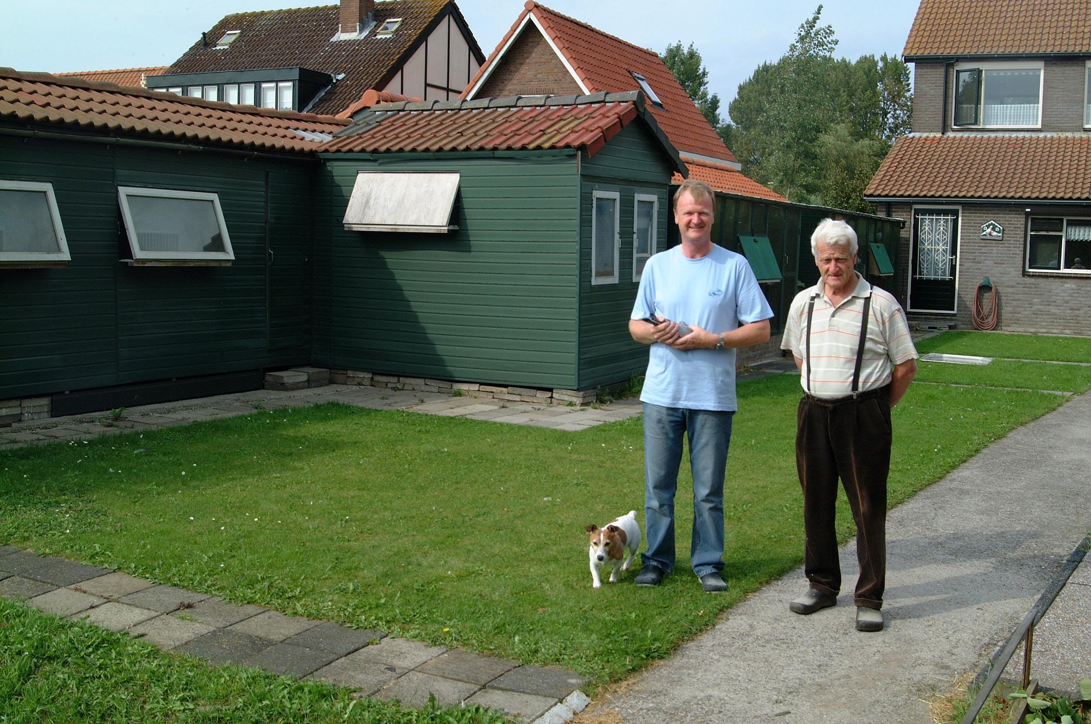 Zoals de hokken er nu uitzien, samen met Pa en Bobby de hond van Peter van Raamsdonk.